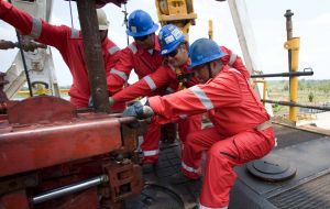 Oil Rig Workers using Redbacks Cushioning Knee Pads
